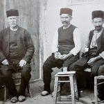 historisches Bild mit bulgarischen sitzenden Männern