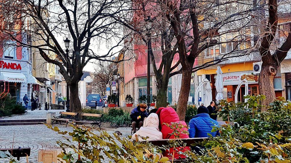 Menschen sitzen im Park in der Kulturhauptstadt Plovdiv 2019