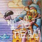 buntes Graffiti auf Rolladen