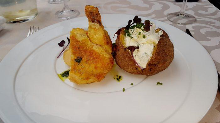 gebratenes Hühnchen mit Ofenkartoffel auf Teller