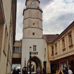 hoher alter Stadtturm mit Durchgangstor