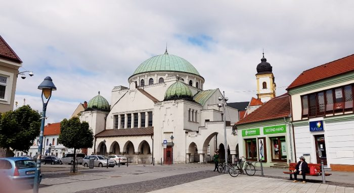 große Synagoge mit Vorplatz