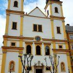 Kirche mit weiß-gelber Fassade