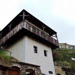 altes Haus mit Holzbalkon Rundgang