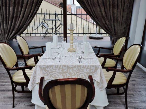 schön gedeckter Restaurant-Tisch