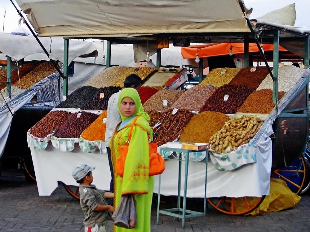 Frau mit Kind vor Marktstand, Marokkanische Küche - Genussführer