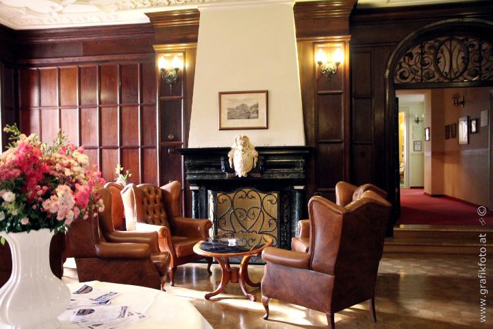 Kamin-Zimmer im Schloss mit Sitzgruppe
