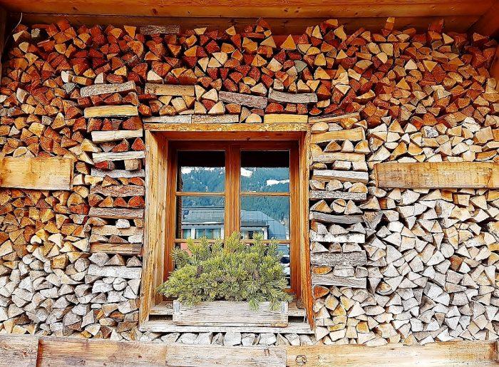 Fenster in Holzstapel in Kitzbühel Altstadt Sehenswürdigkeiten