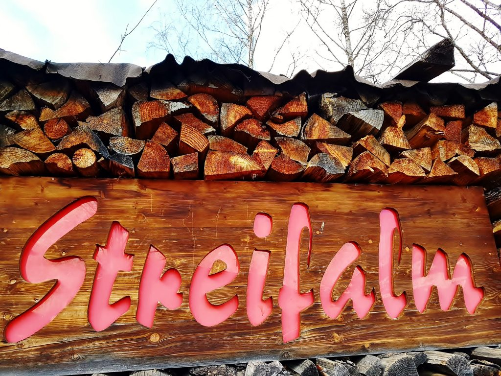 Holzstapel mit Aufschrift in Kitzbühel Altstadt Sehenswürdigkeiten