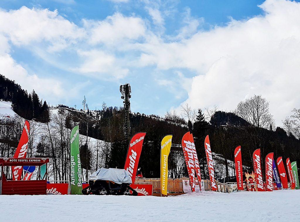 Skiabfahrt mit Fahnen in Kitzbühel