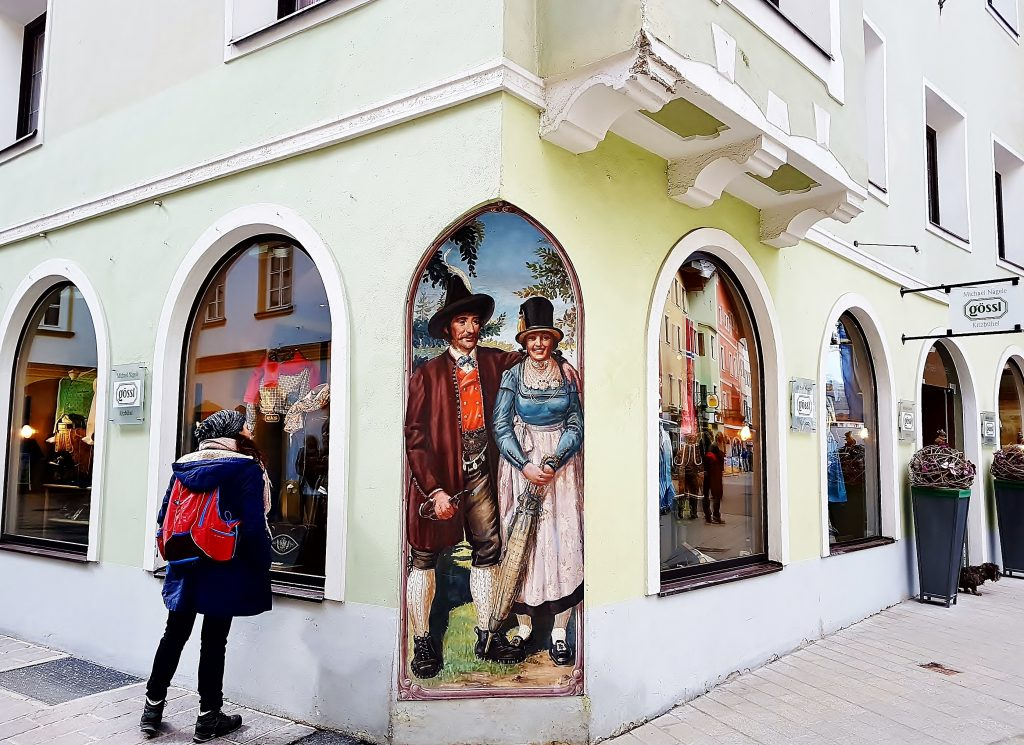 bemalte Schaufenster in Kitzbühel Altstadt Sehenswürdigkeiten