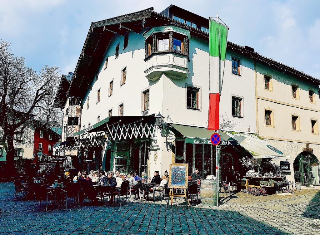 Café im Freien in Kitzbühel Altstadt