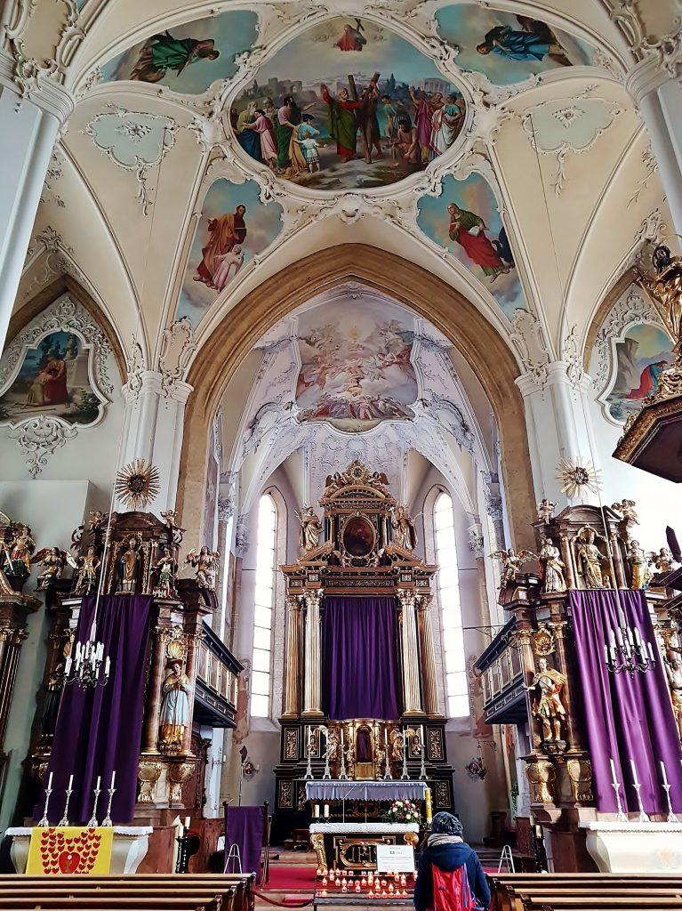 Kirche mit schönen Fresken in Kitzbühel Altstadt Sehenswürdigkeiten