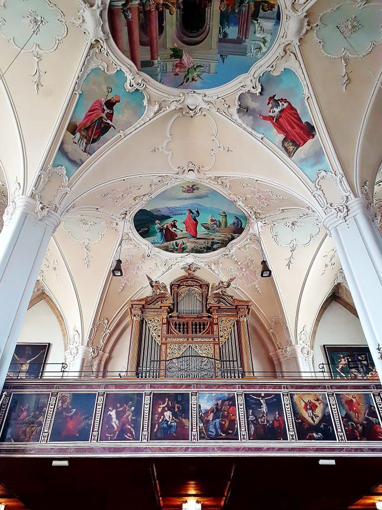 Orgel und Deckenfresken der Kirche, Kitzbühel Altstadt Sehenswürdigkeiten