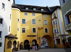 historisches Gebäude mit Durchgang, Kitzbühel Altstadt Sehenswürdigkeiten