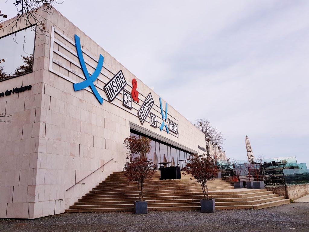 modernes Museums-Gebäude mit Stiegenaufgang