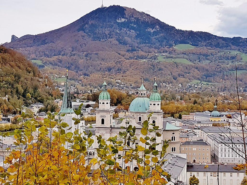 Blick auf Salzburg bei Frühstück am Mönchsberg