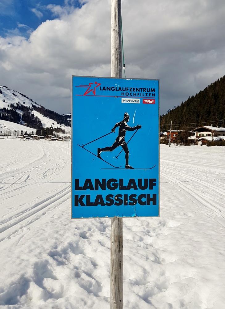 blaues Schild auf Langlaufpiste, Biathlon