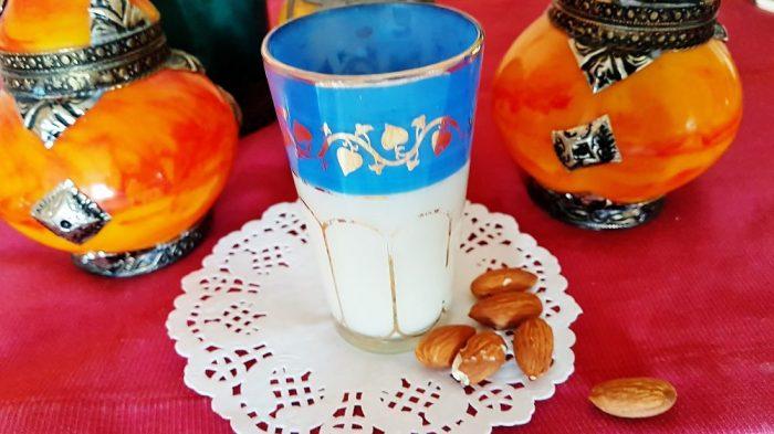 Mandelmilch selbst gemacht marokkanisch im Glas