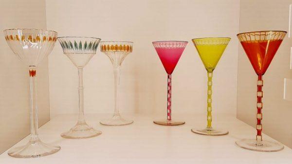 verschiedene bunte langstilige Gläser, Wien Kunst um 1900