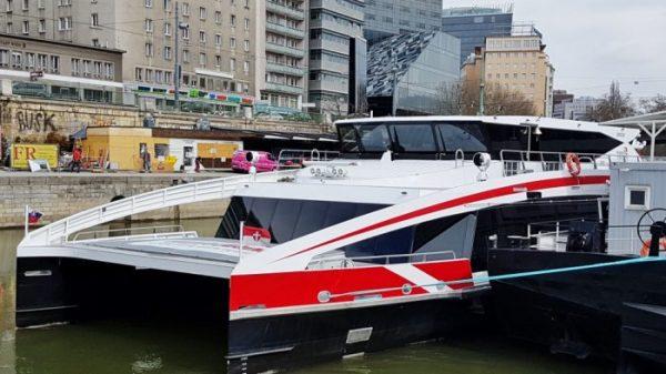mit Twin City Liner Schiff Wien - Bratislava, an der Donau