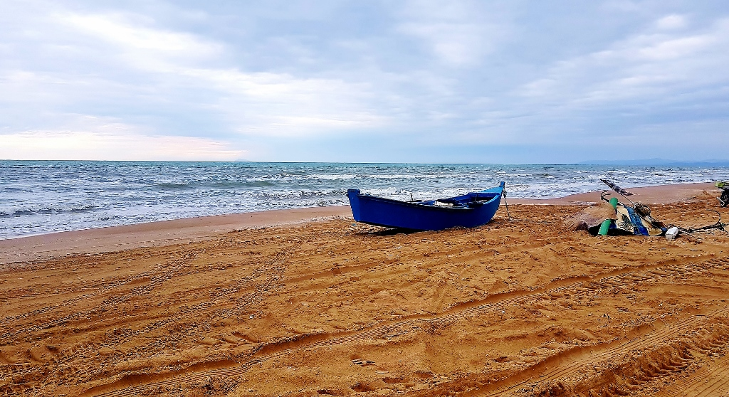 altes Boot am Strand, Tunis
