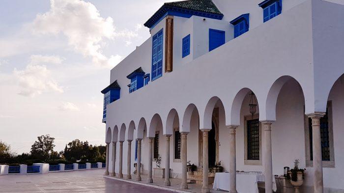 weißes Palais mit blauen Fenstern, Tunesien