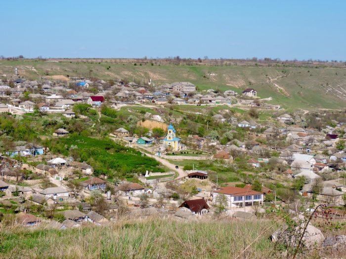 Landschaft mit Dorf in Moldawien