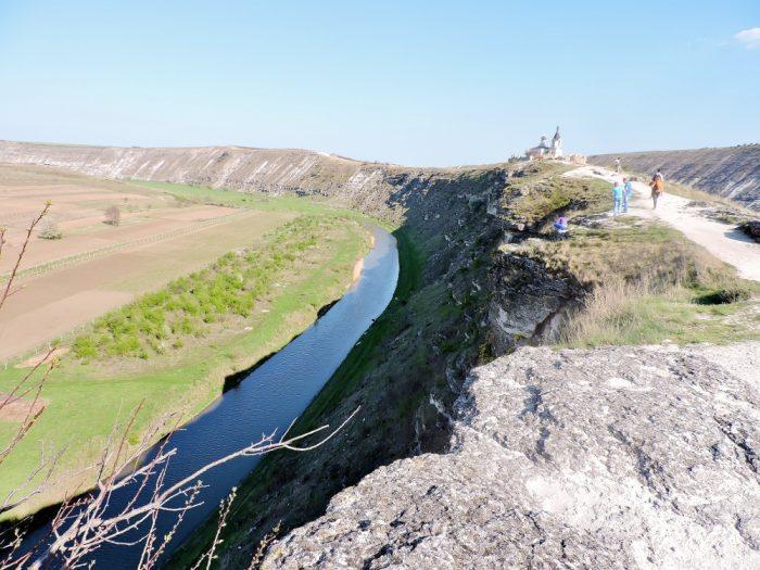langer Fluss in Schlucht