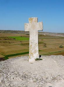 Steinkreuz auf einem Hügel
