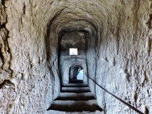 Höhlen Abgang mit Stufen