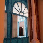Blick durch Fenstergewölbe