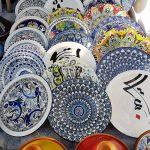 bunte Keramikteller aus Tunesien