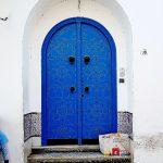 Blaues Eingangstor mit Rundbogen
