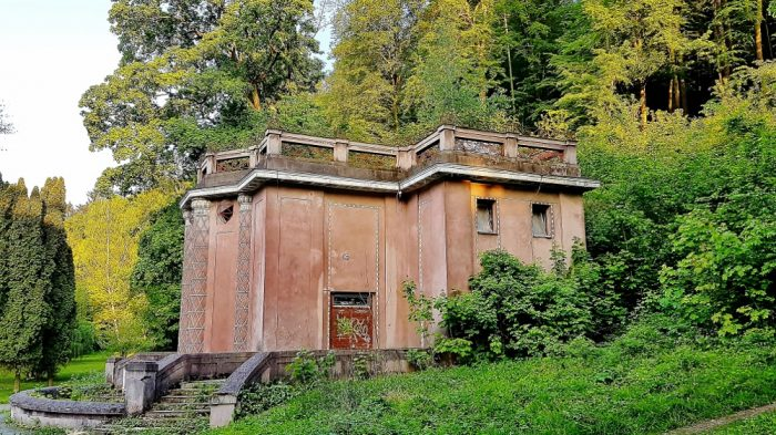 alter Pavillion im Park