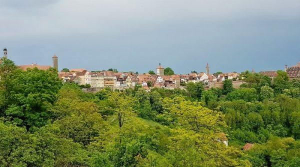 grüne Landschaft um Rothenburg ob der Tauber