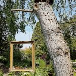 Bilderrahmen hängt an einem Baum