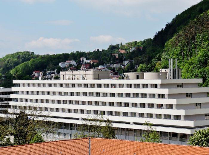 großes weißes Gebäude in Form eines Schiffes