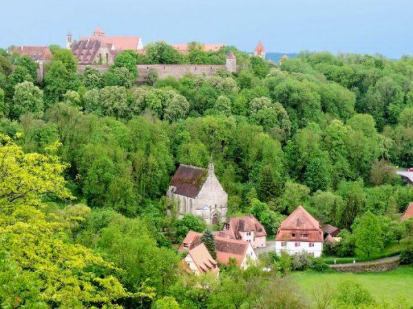 grüne Hügellandschaft um Rothenburg ob der Tauber