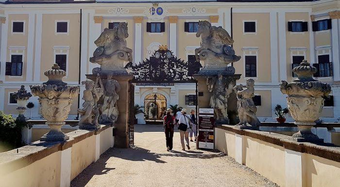 Schloss Eingang Milotice