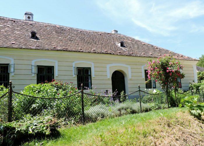 altes niedriges Haus mit VorgartenMuseumsdorf Niedersulz
