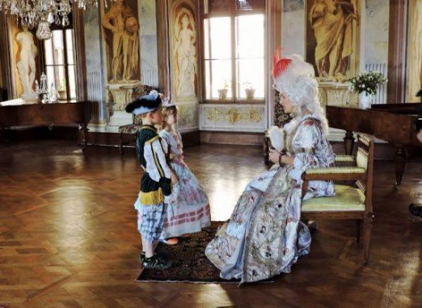 Frau und Kinder in historischen Kostümen