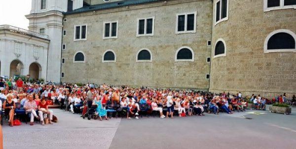 Publikum beim Open Air Opernfilmfestival Salzburg