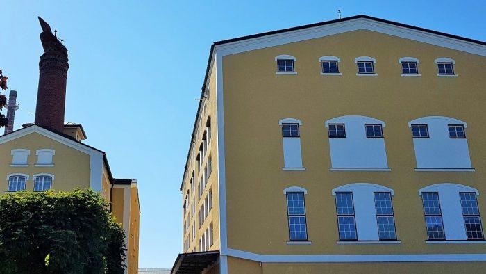 gelbes Gebäude mit weißen Fenstern