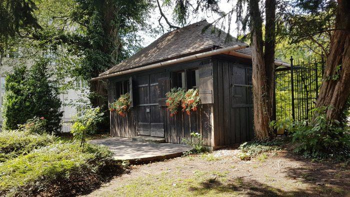 altes Holzhaus mit Blumenkästen