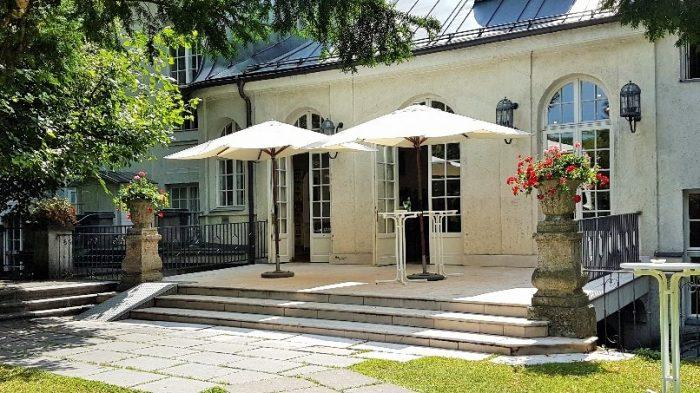 Garten-Terrasse mit Sonnenschirmen