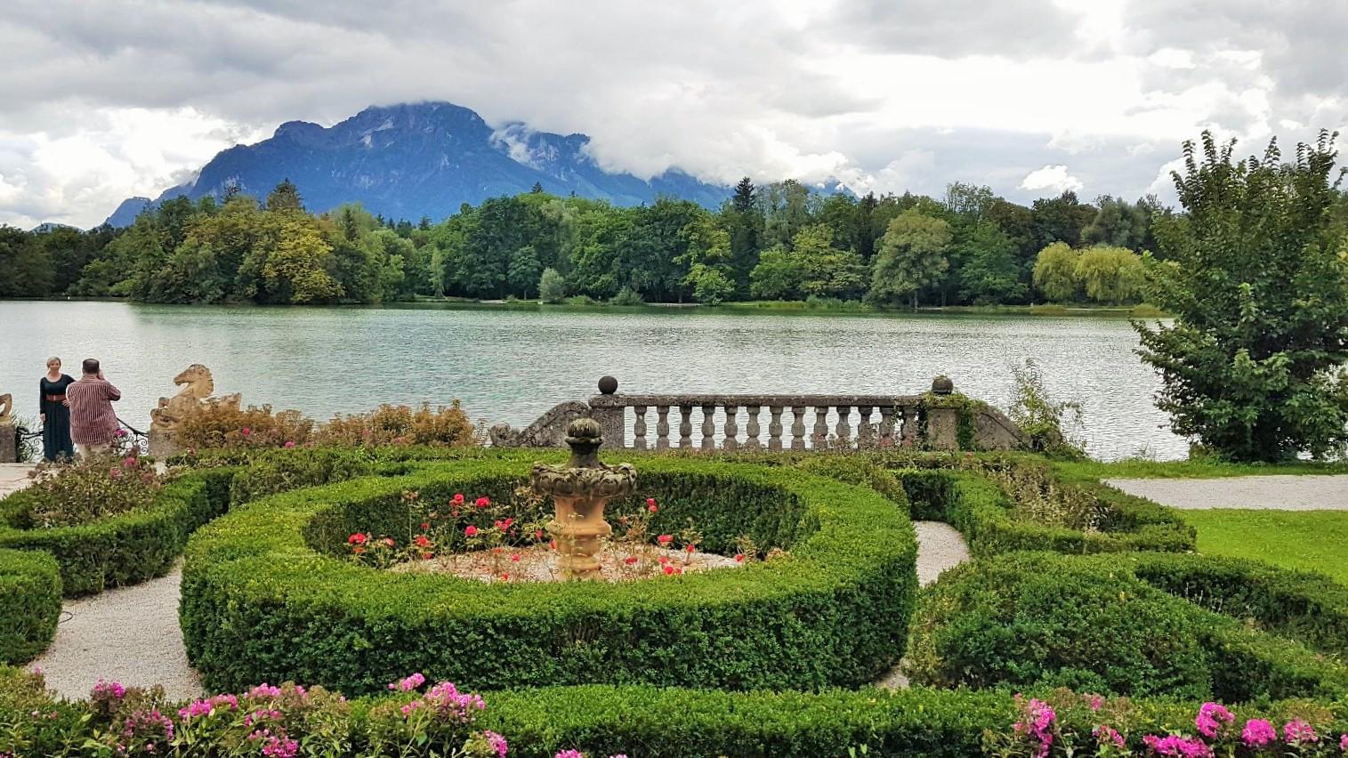 Blick über Parkanlage zum Leopoldskroner Weiher und Untersberg