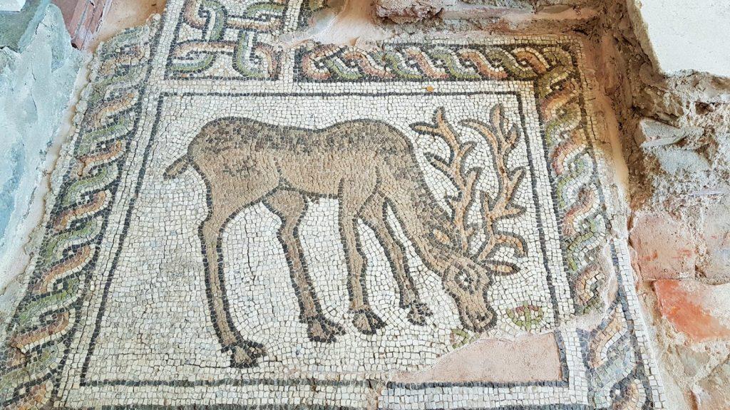 antikes Mosaik mit Hirsch