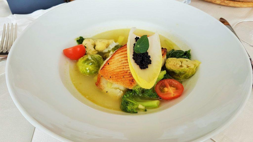 Gemüse und Fisch im Teller