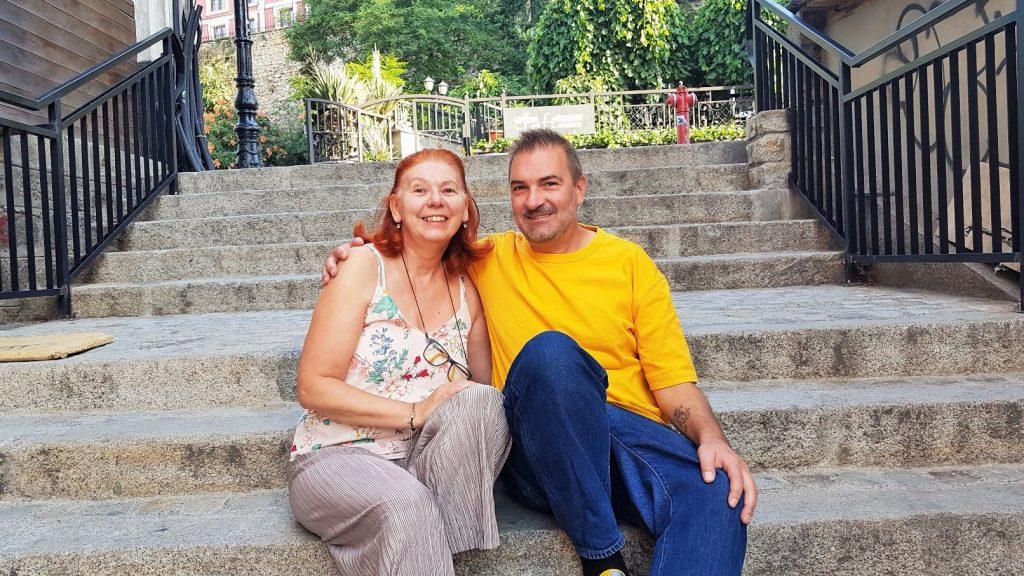 eine Frau und ein Mann auf Stufen sitzend im Freien